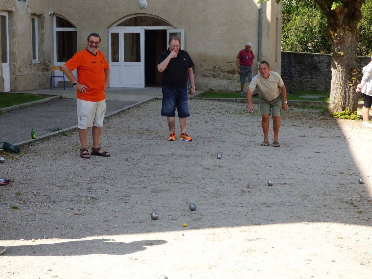 Après le repas certains jouent aux boules, d'autres aux jeux plus intelligents, certains discutent et les autres sont repartis marcher.