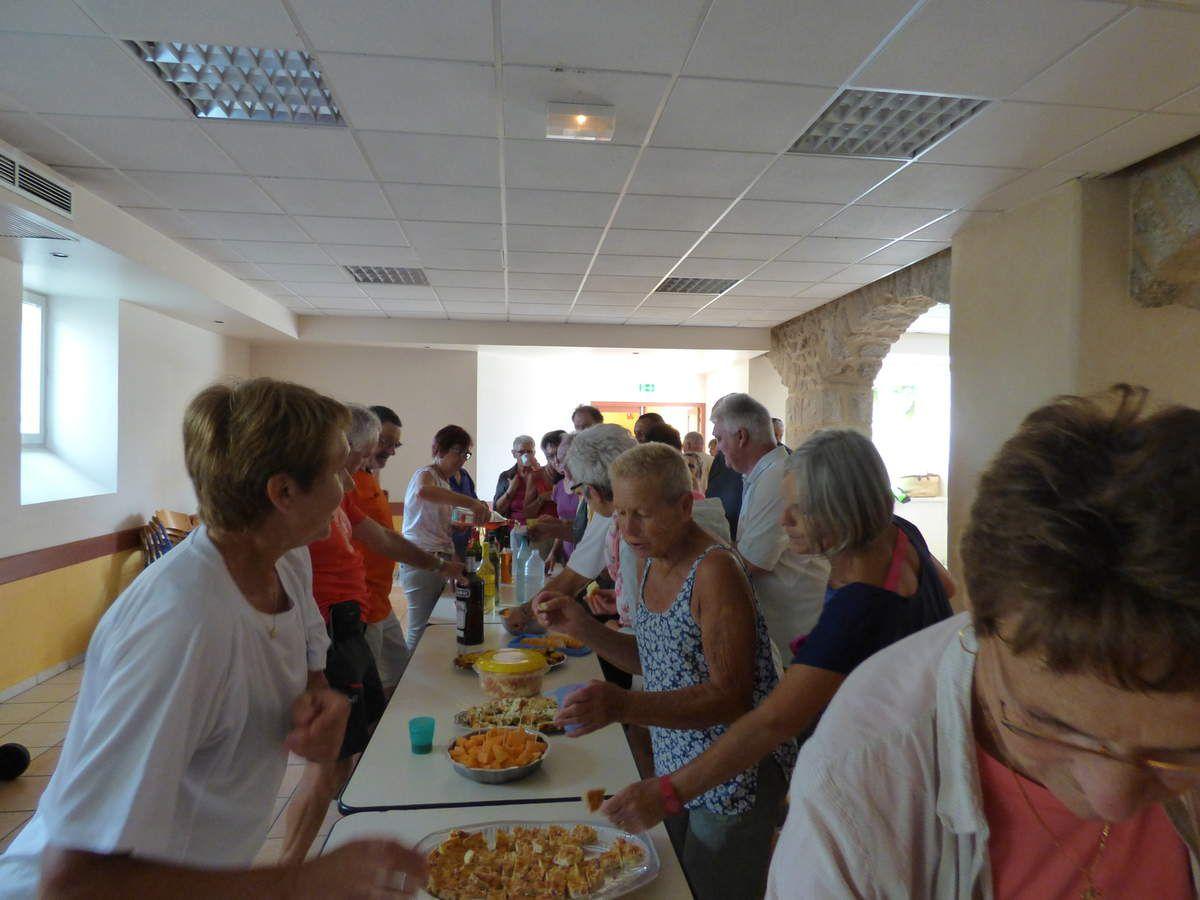 Au retour, on lance les festivités, l'aperitif est généreux et le repas digne de Gargantua, tout le monde a mis sa petite touche et chacun a apporté  quelque chose, il y a vraiment de quoi se régaler.