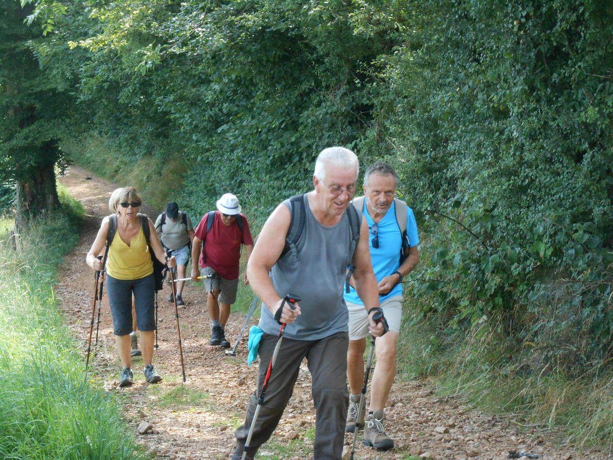La grimpette continue et enfin l'on arrive à la chapelle saint-roch, sur la commune de Maringes.