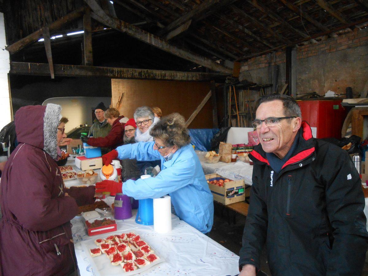 Premier ravito chez Mr Brun a St Marcellin en Forez, bonne reception le Maître d'oeuvre Jean, une bonne équipe soudée depuis longtemps avec de bonnes tartines de bonnes confitures, du café, thé, vin chaud a profusion.