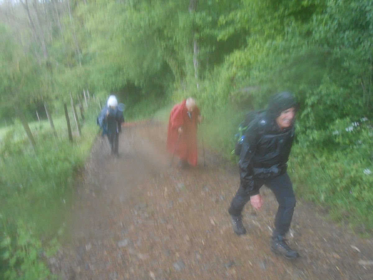 Malheureusement la pluie s'installe durablement, on s'équipe, on persiste et si cela n'était qu'une averse de passage, on continue et puis une fois tout mouillé on abandonne.