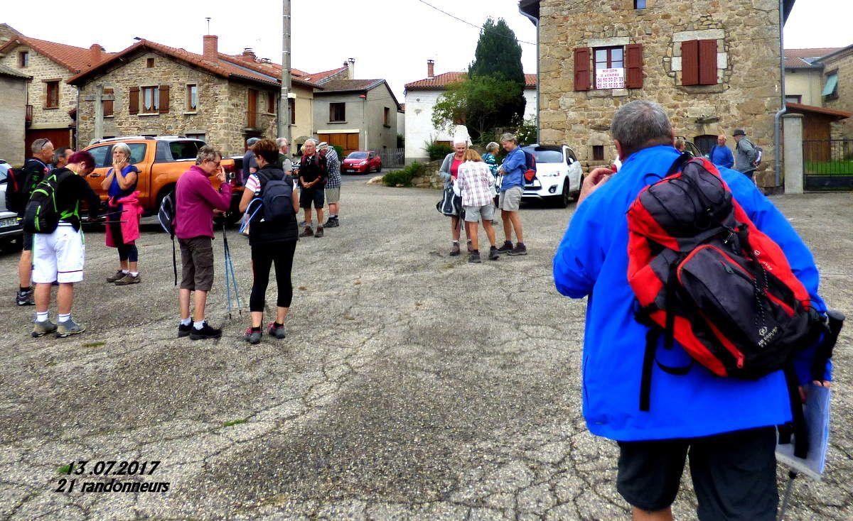 Au départ de St Hilaire 21 personnes plus Marcel qui ne viendra pas marcher, il fait gris mais pas froid alors on lance le départ.