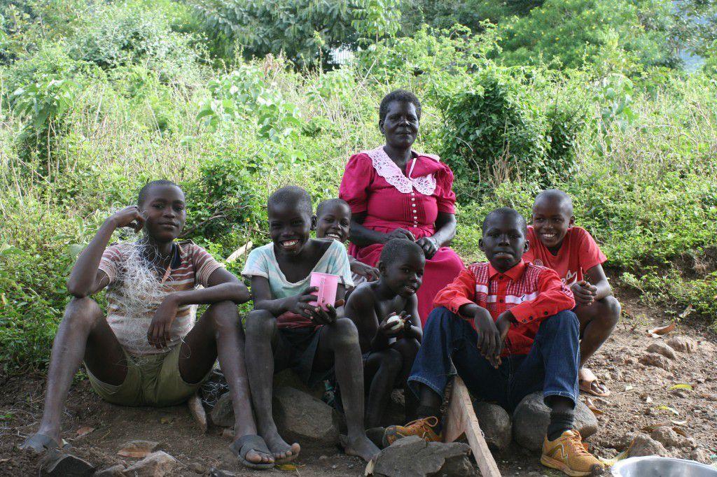 De gauche à droite, Mzé, Oganda, Amam, Atiss, Patricia la grand mère avec sa belle robe rose, Ayuka et un ami des garçons.