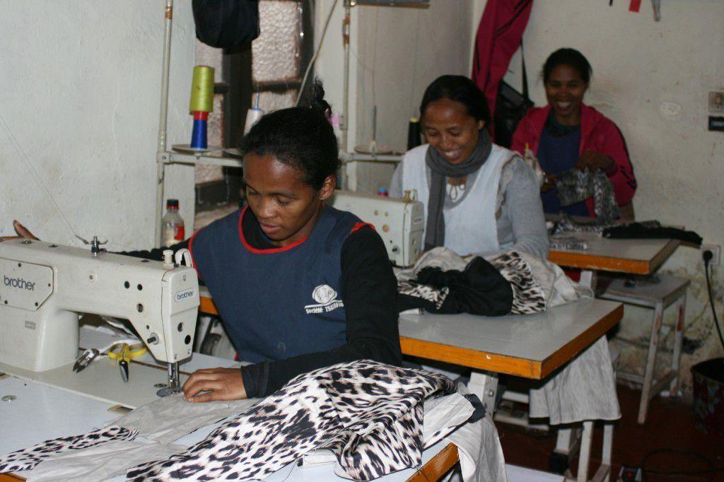 A l'atelier de couture d'Anitra, les couturières et les couturiers en pleine action...
