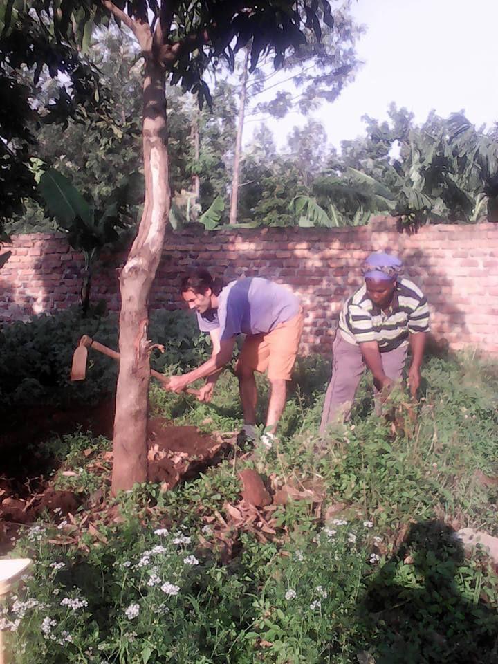 David avec Tina au jardin, qui plantent des fameux beens (Haricots)