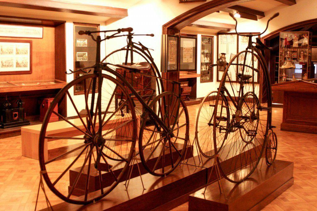 Collections d'objets du XIXème siècle. evantailles, cannes, jumelles, les bicyclettes type Grand-bi ... A vous mesdames et messieurs les dandys.