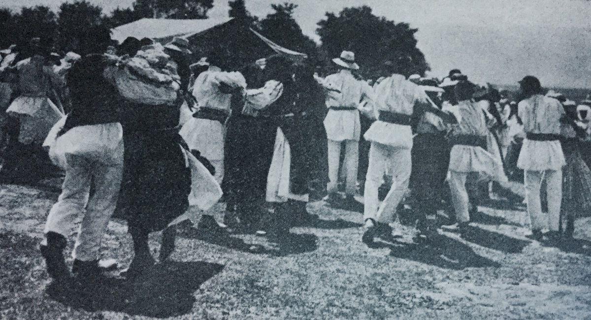 danse roumaine a Paris...Ardeleana - danse de Transylvanie -La Hora suivi de la berceuse et tournée ou la hora suivi de la danse à deux,dans la commune de Dragus ,du district de Fagaras ,c.1933...