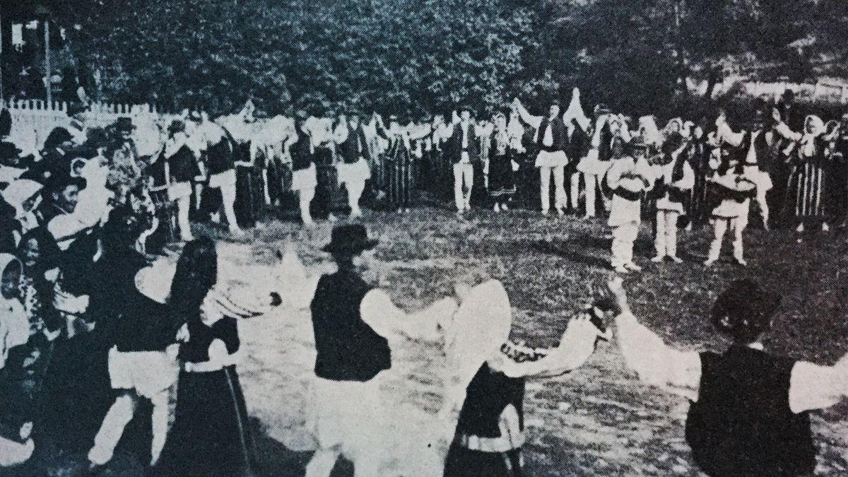 danse roumaine a Paris...La Hora dans la commune Bran,du district Brasov,à gauche il y a des musiciens...c.1933...