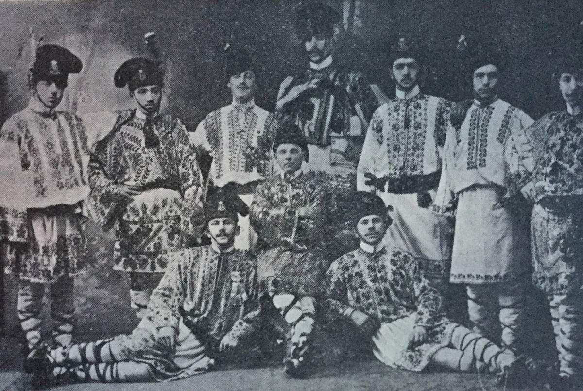 danse roumaine à Paris ...Les groupes des calusarii ( danseurs de danses traditionnelles le dimanche de la Pentecôte ) de Brasov- Skei,1910...