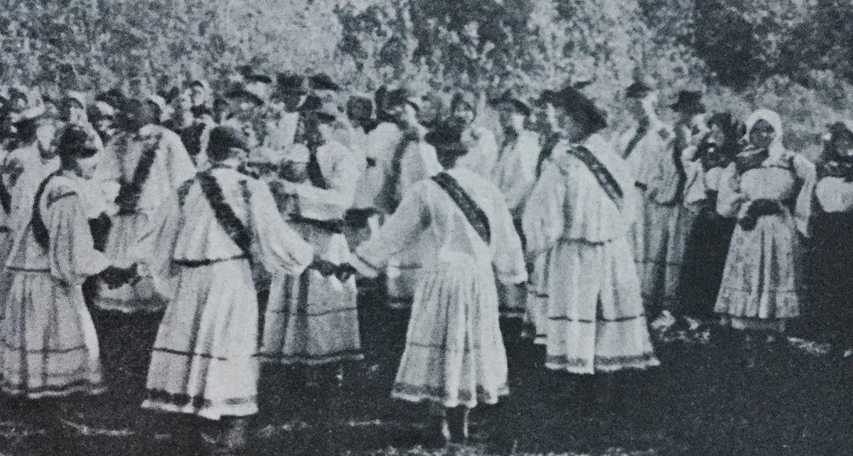 danse roumaine a Paris...La Hora dansée par les gars dans la commune Tarsolt du DISTRICT Satu-Mare,c. 1933...