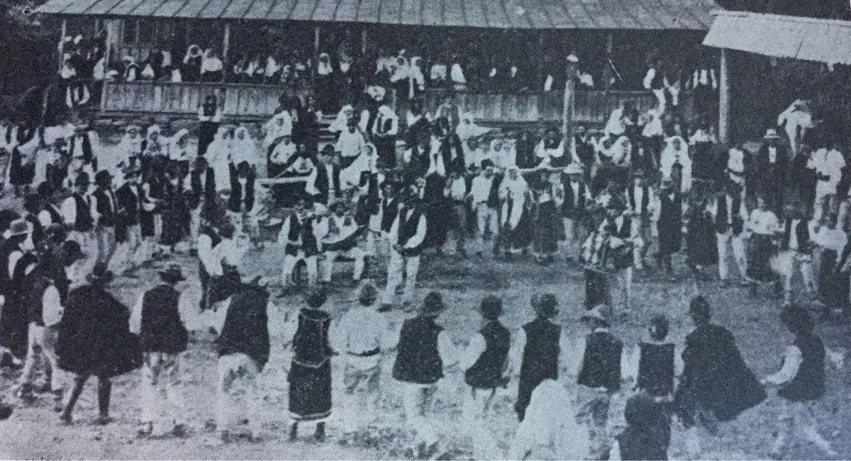 danse roumaine à Paris ...La Hora à une auberge du district Muscel...c. 1910...