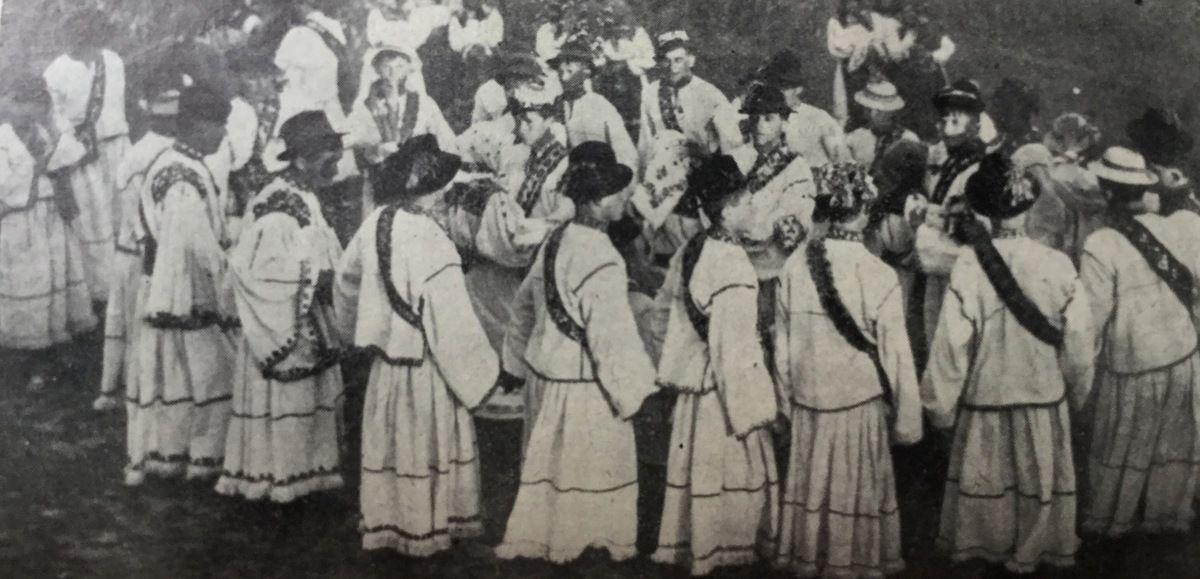 c h e z G r a z z i e l a ,danses de Roumanie a Paris ...La Hora dansée par les gars dans la commune Tarsolt du district Satu-Mare .
