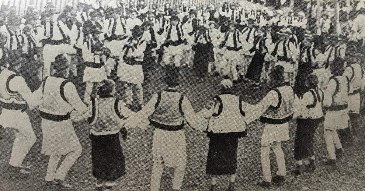 c h e z G r a z z i e l a ,danses de Roumanie a Paris ...Horodnica,Hora de brau,jucata in comuna Sadova ,judetul Campulung,c.1930.