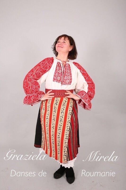 Graziela Mirela ,dans cette photo dans un très ancien costum de Pays de la Barsa ,qui est une petite région au centre de la Roumanie, en Transylvanie,dans la commune de Bran village Simon.Le costume a appartenu à Madame Maria ,aujourd'hui âgé de plus de 92 des ans ,elle l' avait reçu de la part de sa maman .Entièrement confectionné et brodée à la main...