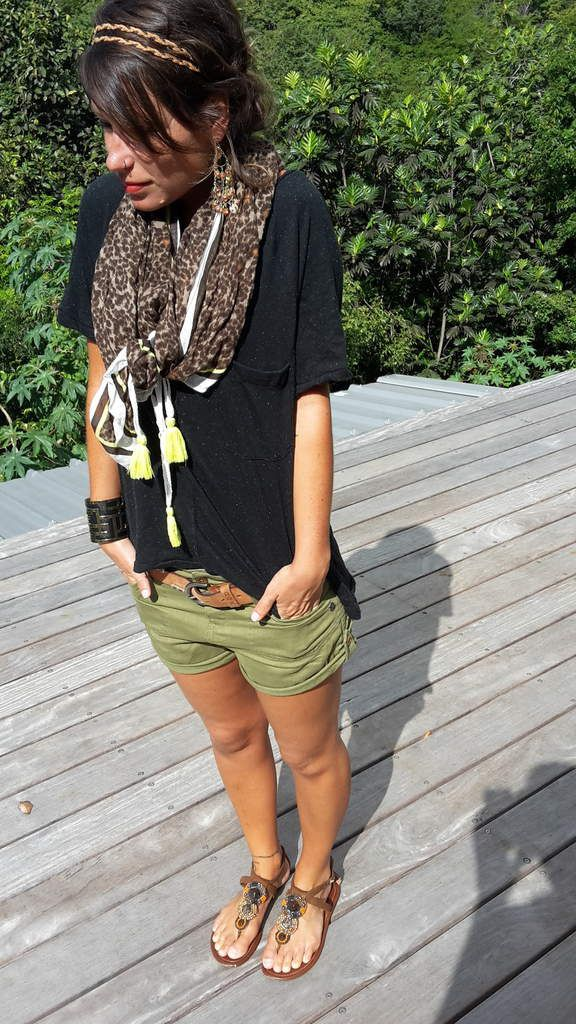 Short kaki+T-shirt noir+cheich camouflage=casual