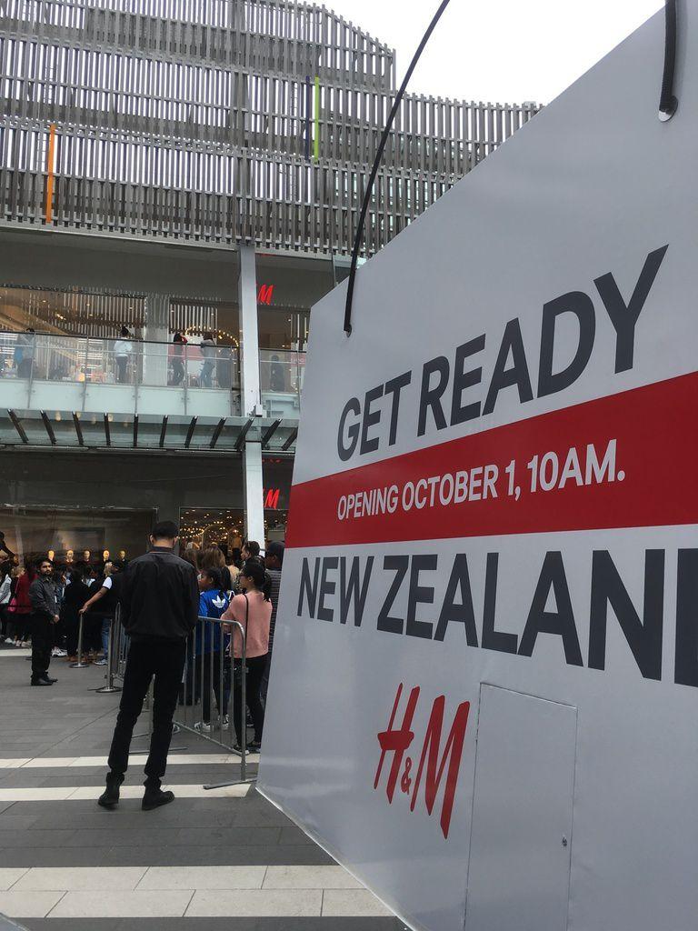 La queue pour avoir le privilège d'être client dans le 1er magasin H&M ouvert en NZ. Le DJ sur la 3ème photo.