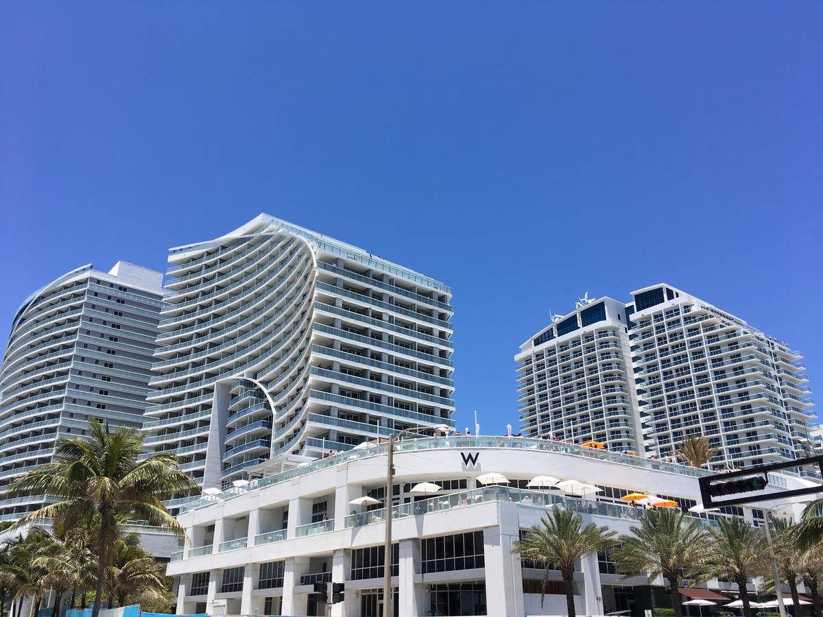 Un front de mer animé, avec une architecture soignée, une plage propre et attrayante