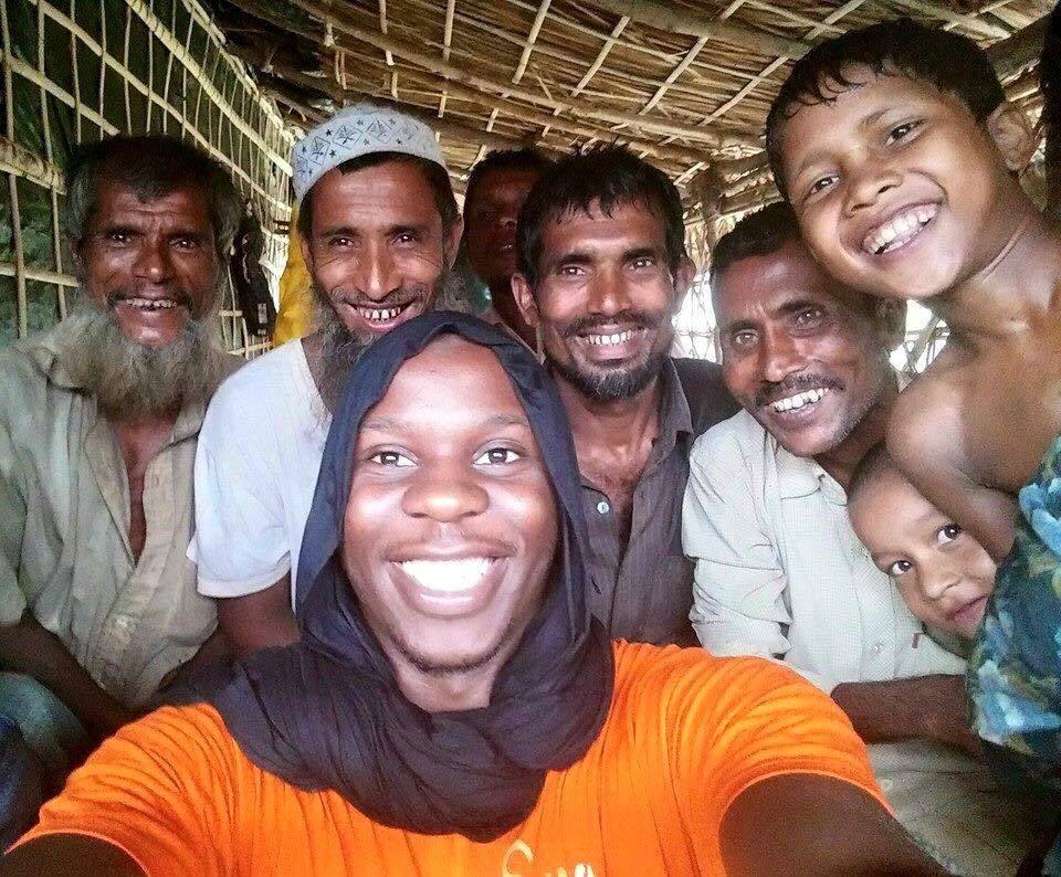Moussa Ibn Yacoub est maintenant détenu depuis plus d'un mois au Bengladesh. Montreuillois de 28 ans, humanitaire en mission auprès des Rohingyas, son sort suscite peu de sympathies médiatiques pour divers motifs de raisons et de valeurs. Je me joins à tous ceux qui demandent sa libération. Une fois Moussa chez lui il sera temps de mener les controverses, inch'Allah!