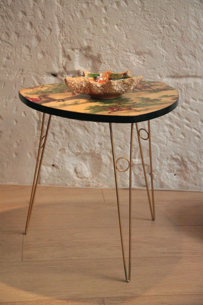 petite table basse tripode vintage en formica vendue. Black Bedroom Furniture Sets. Home Design Ideas