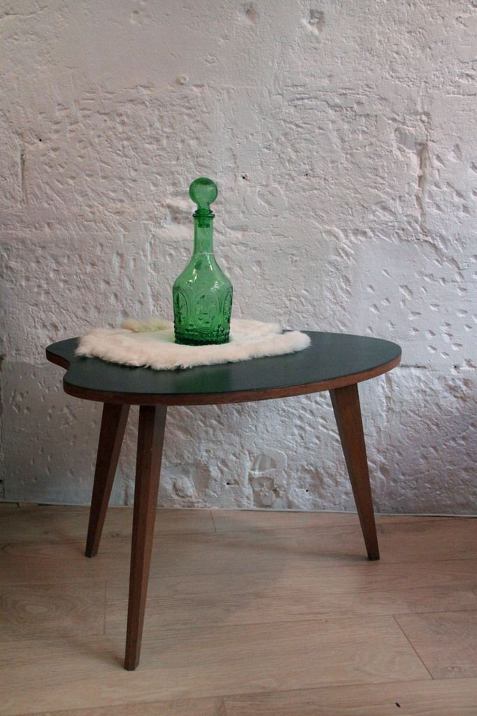 Petite table basse en bois tripode vintage, plateau noir (vendue)