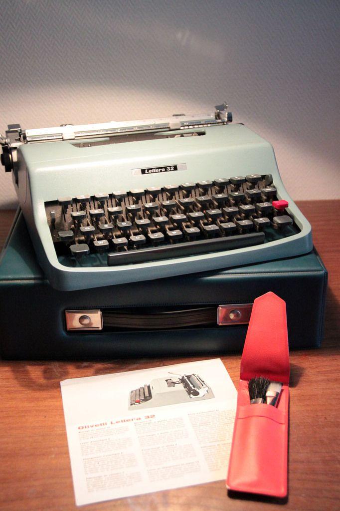 Machine à écrire vintage Lettera 32 par Olivetti (vendue)