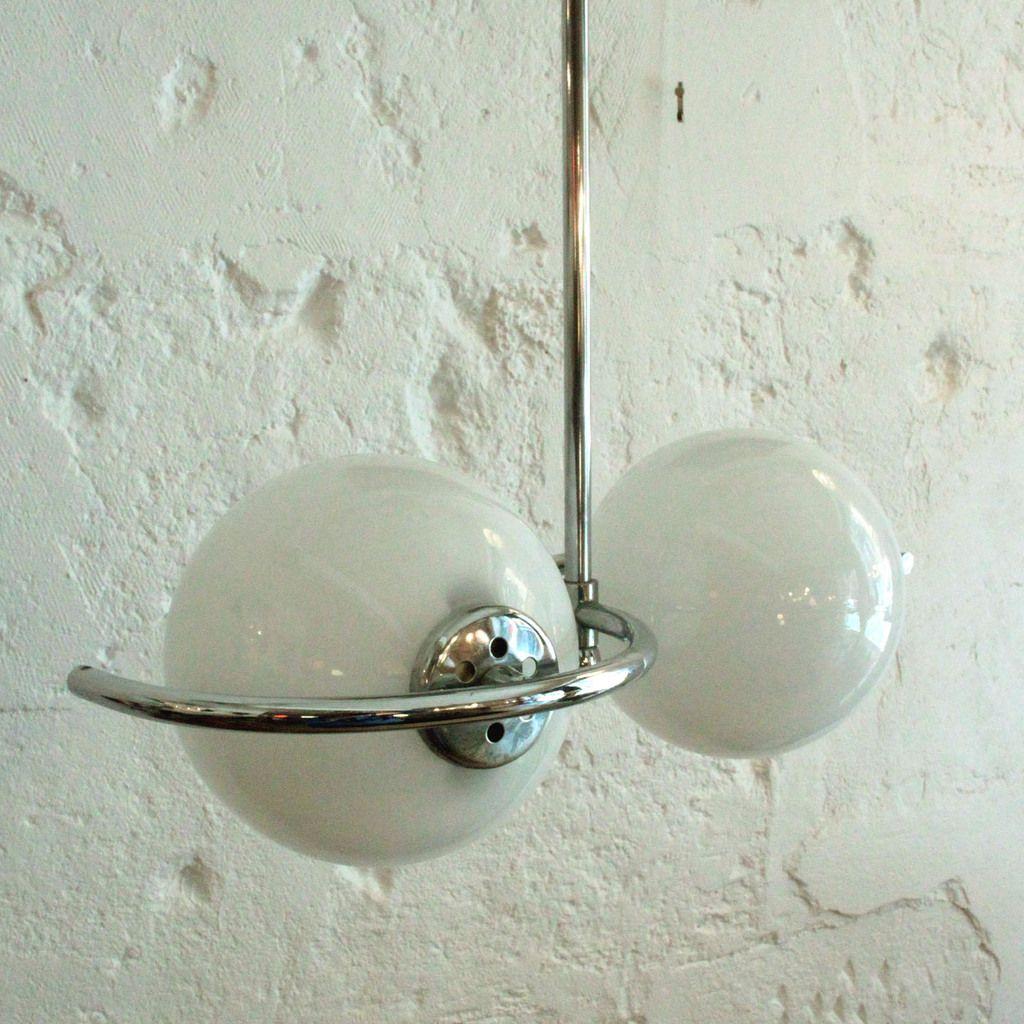 Lustre ancienne lampe suspension vintage en métal chromé, 2 globes en opaline, seventies