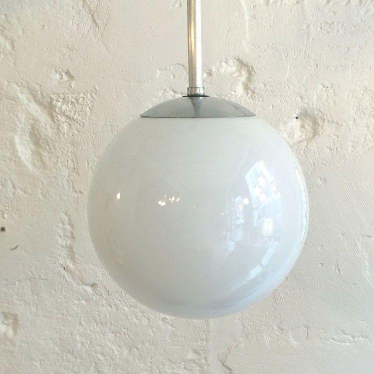 lustre vintage luminaire abat jour globe en verre opaline blanche diam tre 25 cm vendu. Black Bedroom Furniture Sets. Home Design Ideas