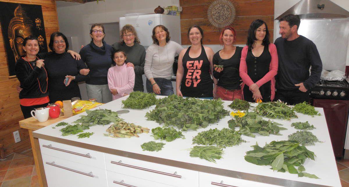 Le groupe très fier de sa superbe récolte au début de l'atelier cuisine !