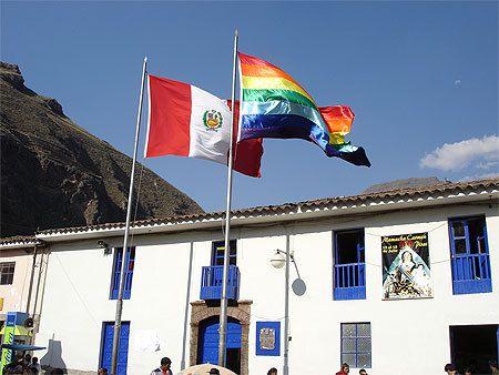 Le drapeau Quechua, symbole de Cuzco à ne pas confondre avec le drapeau LGBT