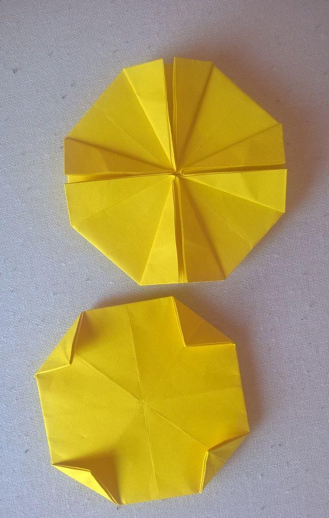 on plie chaque petit triangle (qui dépasse de nos plis précédents) sur le derrière