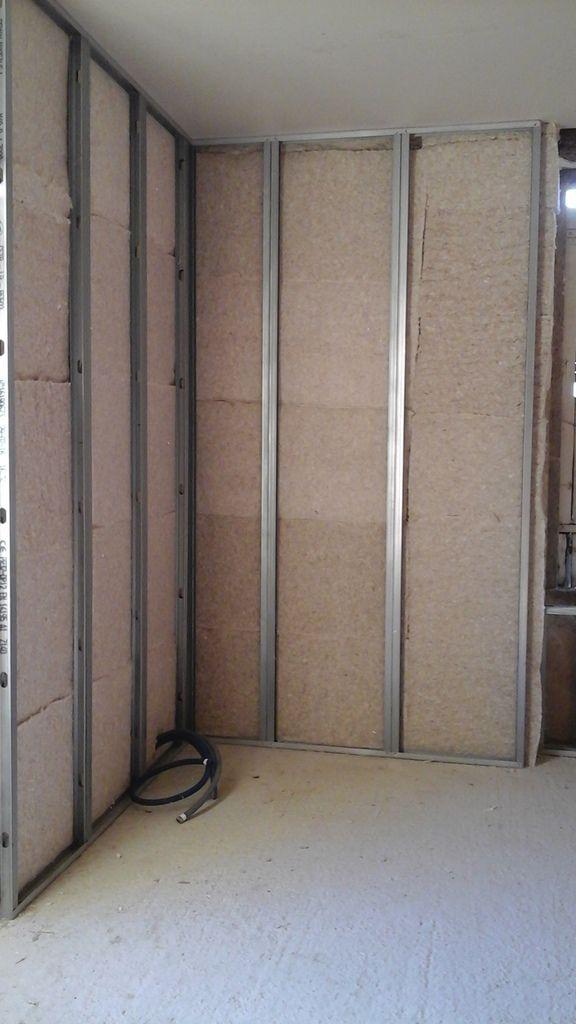Pose des rails et montants alu en ossature, puis pose de l'isolant en BIOFIB trio 145 mm
