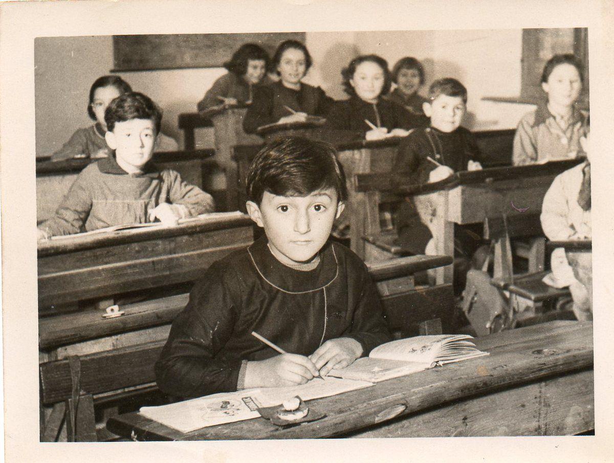 Marianne &#x3B; rentrée des classes octobre 1952... si vous comptez il y en a 10 et les trois autres sont cachés devant...