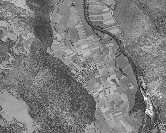 Vue aérienne de Bertren 1950 &#x3B; actuellement &#x3B; Bertren en 1866 (carte d'état-major) &#x3B; carte postale Bertren après 1935. on remarquera que entre le relévé de 1866 et celui de 2017, les zones inondables voire marécageuses (en bleu) ont été urbanisées vers la fin du 20ème siècle. Sur le relevé de 1950, elles sont verdoyantes et humides.
