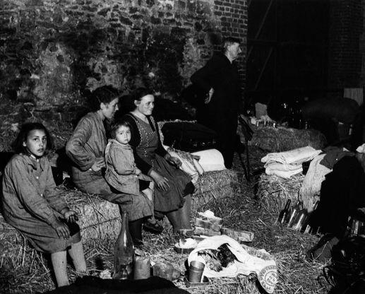 """Les Belges avaient fui Namur sous les bombes en 1940, leur quartier avait été détruit...""""La France en 1940 : images des réfugiés"""" de Hanna Diamond (Presses Universitaires du Septentrion)"""