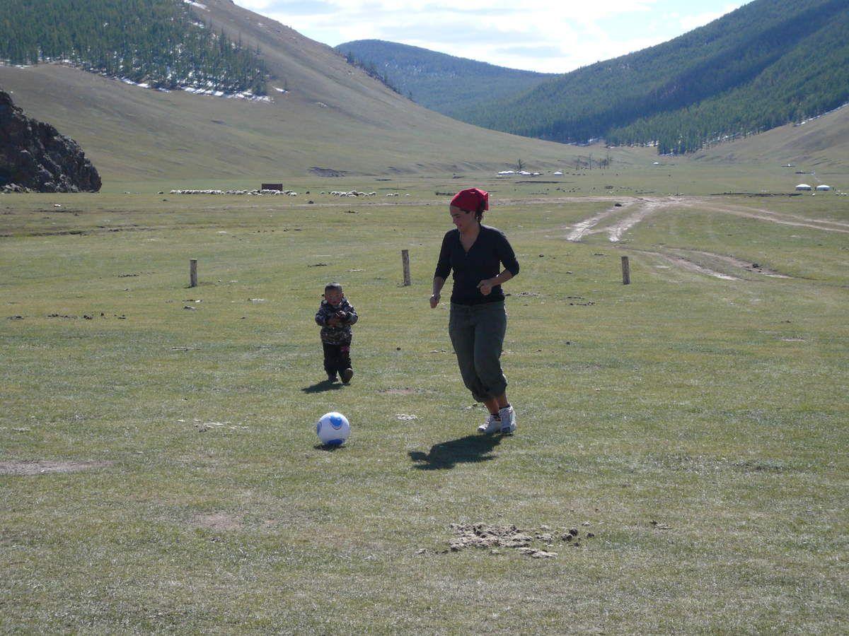 Un enfant, un ballon ... Youpi, Frede s'éclate !!