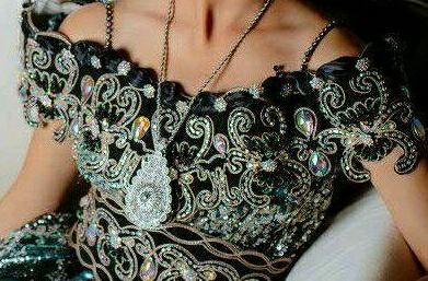 Blouza noire avec des mariage de couleur doré ou argenté pour les doublure satinée