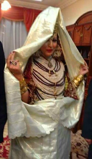 Arrivée de la Mariée recouverte d une Kssa de Mariée, pièce de tissu portée par les femmes et les mariées pour ne pas les reconnaître.