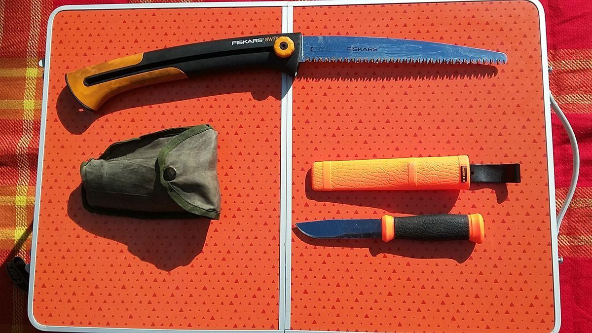 scie Fiskars ; couteau de camp MORA ; Pelle pliante Miltec