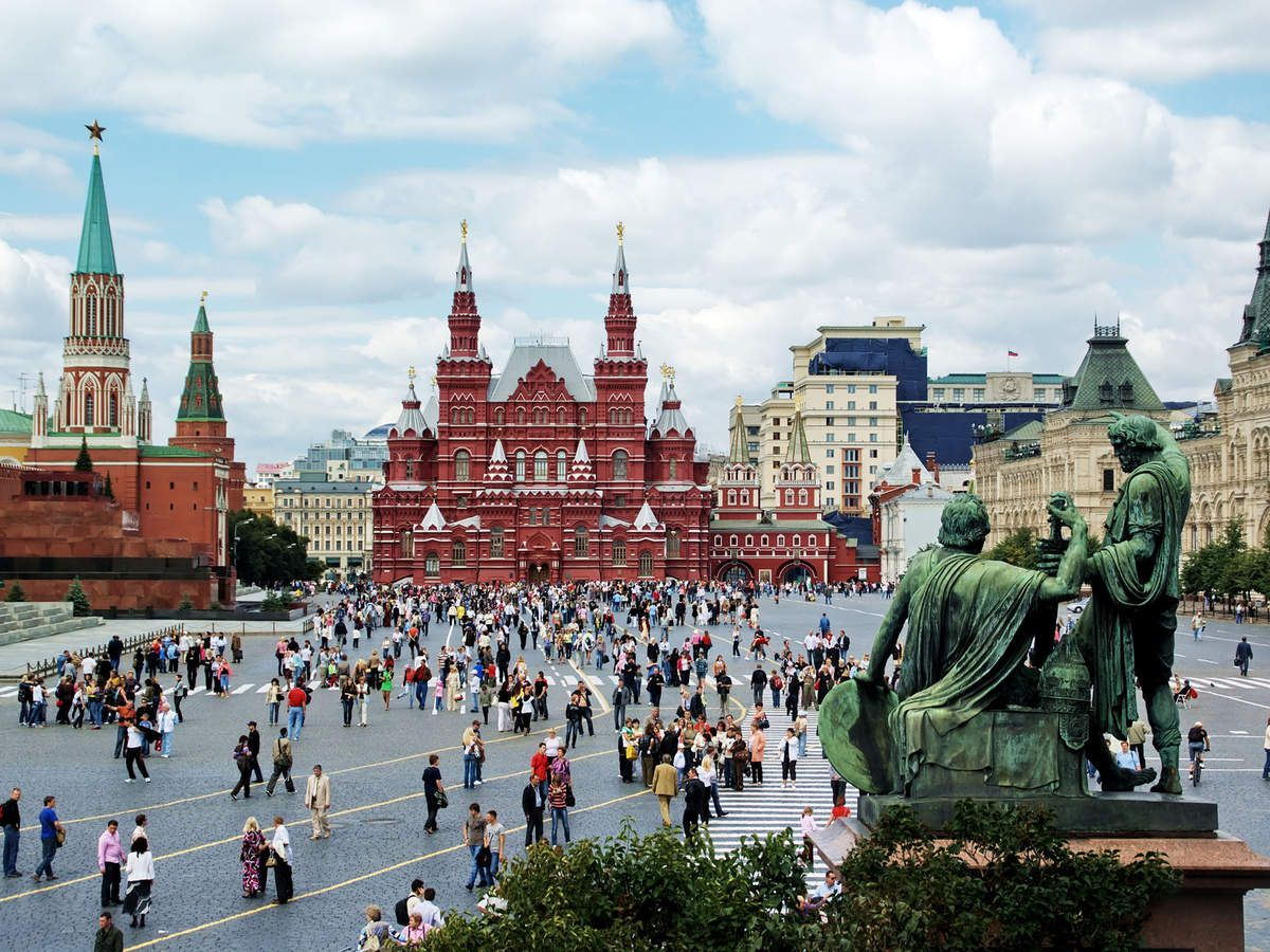 The Place Rouge is bordered by many awesome monuments like the Kremlin or the Cathedrale Basile-le-Bienheureux