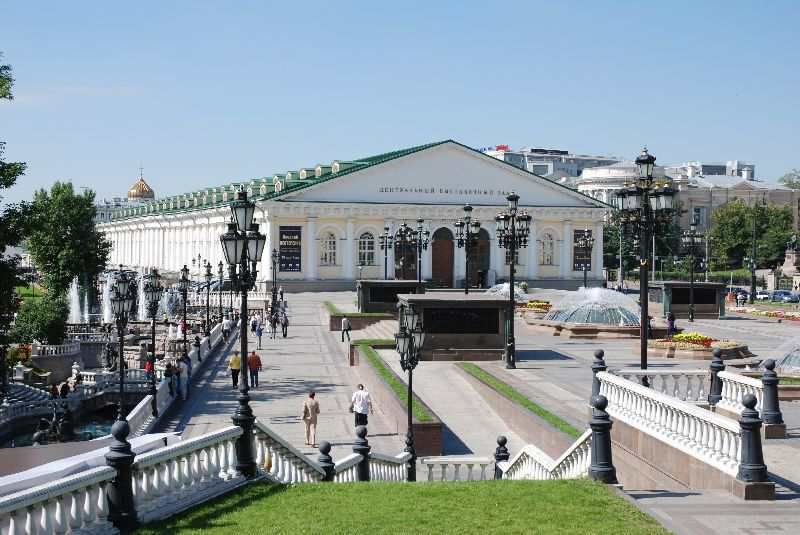 The Manege Square is a large place bound by the State Historical Museum, Alexander Garden and the Moscow Manege that we see on the photo.
