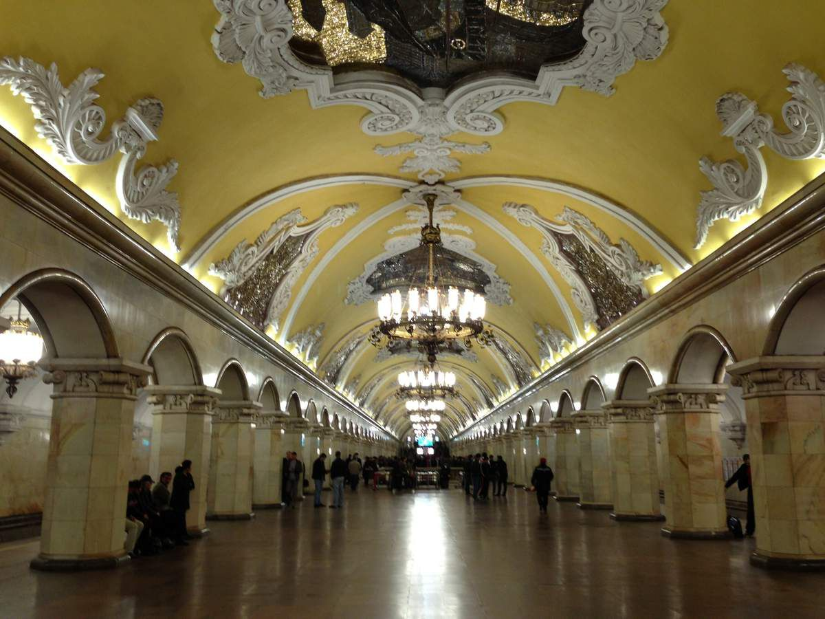 You can see that the entire subway is refined, with engravings on the roof and wall, and big chandeliers