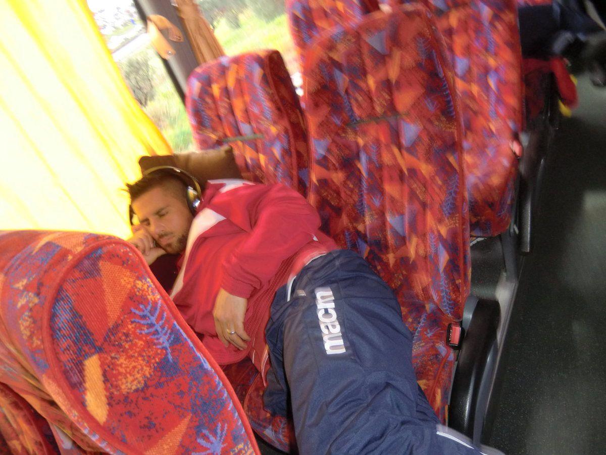 Pendant que César range les bagages,les joueurs prennent place dans le car. Certains mettent l'ambiance quand d'autres se concentrent dèjà.