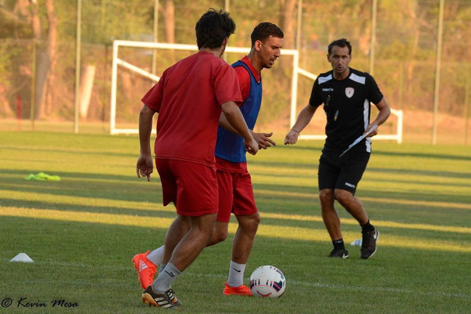 L'entraineur proche de ses joueurs à l'entrainement.     (photos K. Mesa)