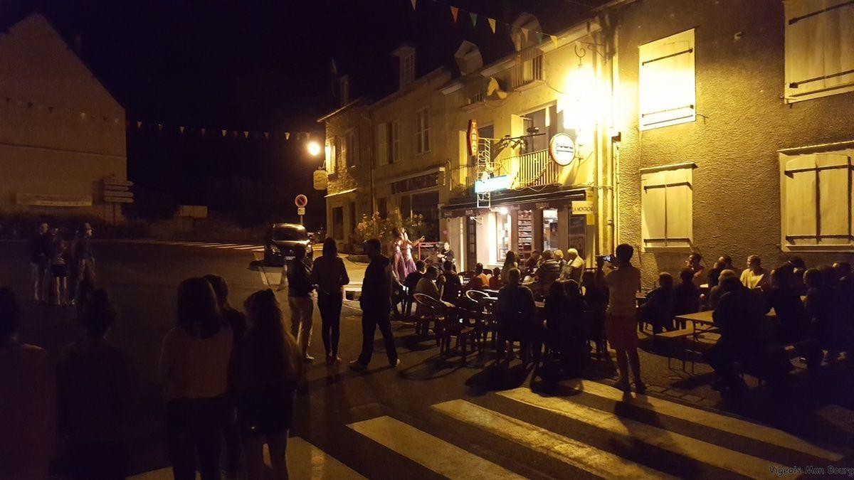 Cabaret show proposé par l'Association &quot&#x3B;Viens danser&quot&#x3B; au bar &quot&#x3B;Le Vieux Pont&quot&#x3B;.