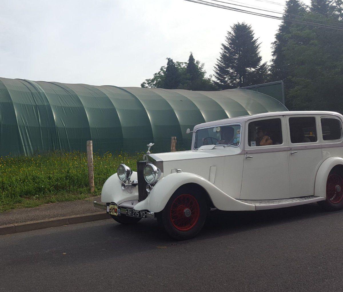 Passage de voitures anciennes route de Brive.