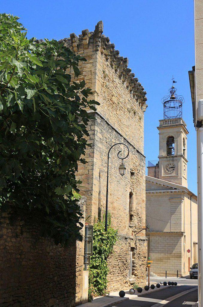 On peut pénétrer dnas la vieille ville en face de l'église