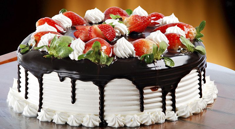 Bảnh kem trang trí bằng hoa quả và socola