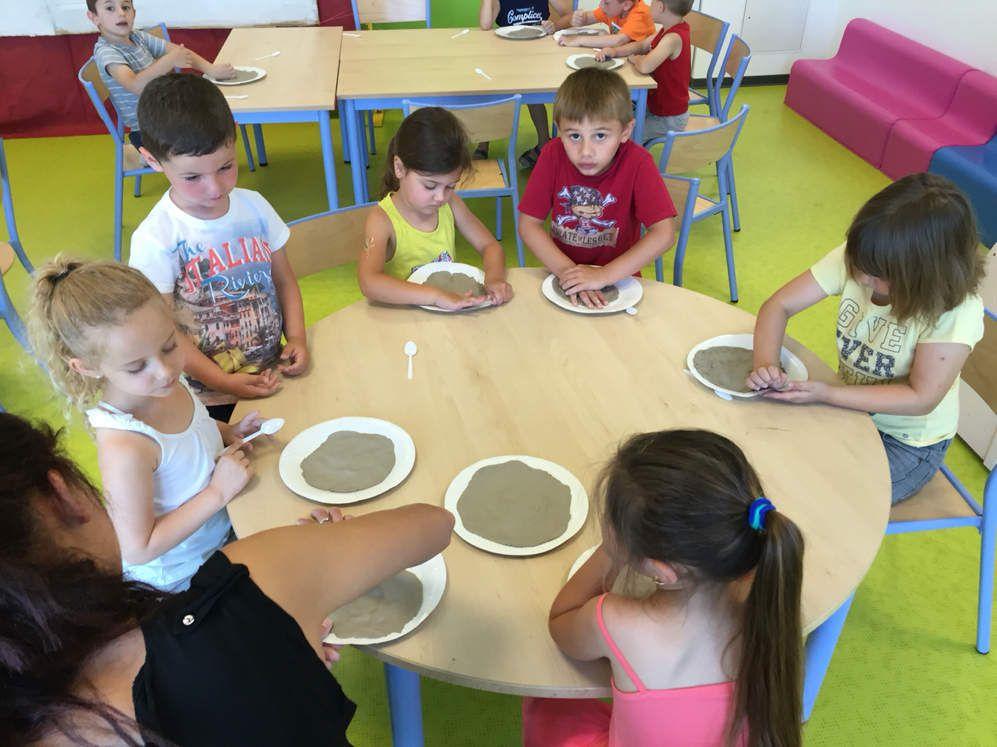Les 5 ans travaillent l'Argile ce matin à la Romaine