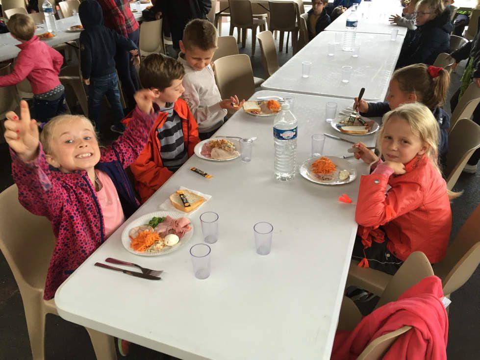 La pluie ne viendra pas à bout de l'enthousiasme des enfants : ce midi Buffet campagnard