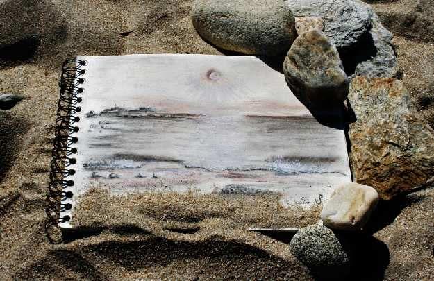 Dessin aux pastels sur la plage
